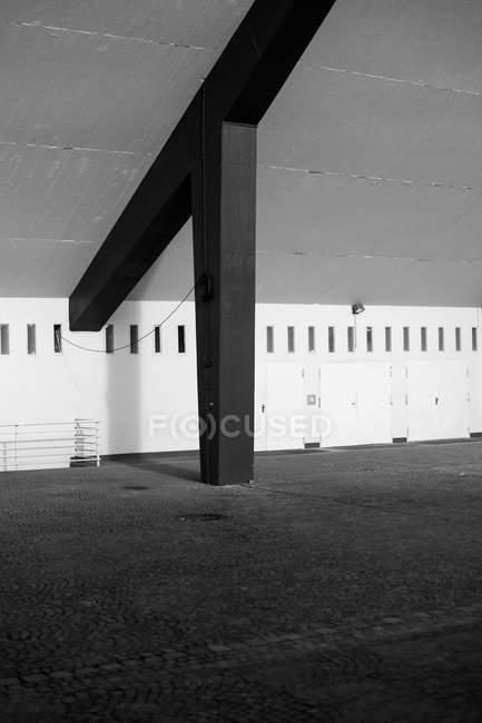 Architecture de bâtiment intérieur tourné avec colonne, noir et blanc — Photo de stock