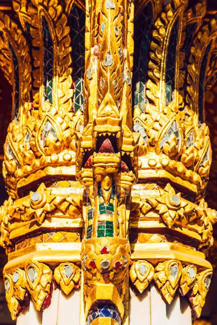 Cerca de la columna decorada en estilo tradicional tailandés Pagoda - foto de stock