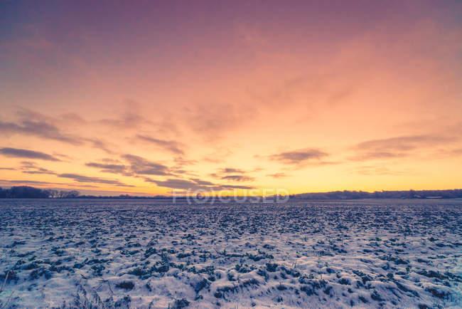 Восход солнца в зимний пейзаж — стоковое фото