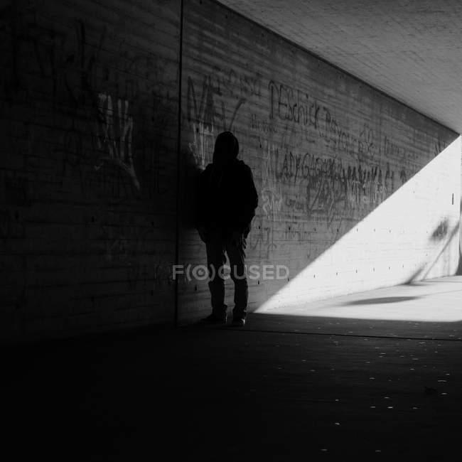 Commandes de silhouette anonyme personne dans l'ombre du passage souterrain — Photo de stock