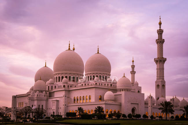 Vista panorámica de la mezquita de Abu Dhabi con el cielo al atardecer, Emiratos Árabes Unidos Emiratos Árabes Unidos - foto de stock