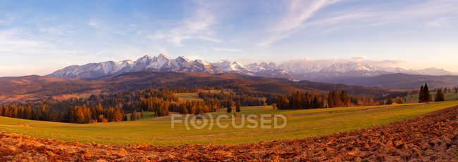 Альпийские горы с заснеженные вершины — стоковое фото