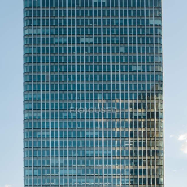 Абстрактне уявлення про відображення на фасаді будівлі — стокове фото