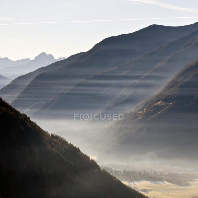 Доломітові Альпи в ранковий туман — стокове фото