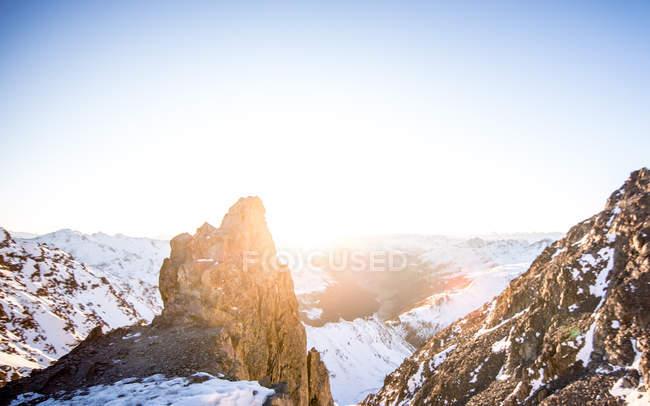 Підносячись Сніг накривав гірські вершини — стокове фото