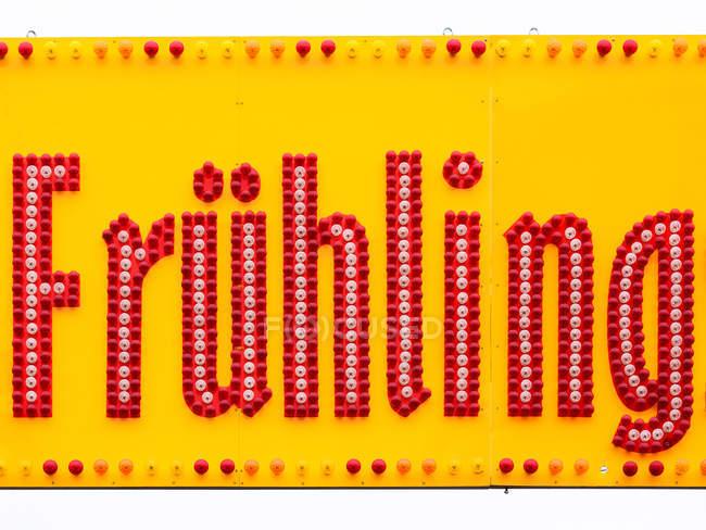 Roter Neon Schrift auf gelbem Hintergrund — Stockfoto