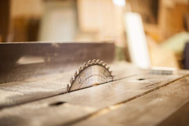 Listoni in legno e vista parziale della lama per sega — Foto stock