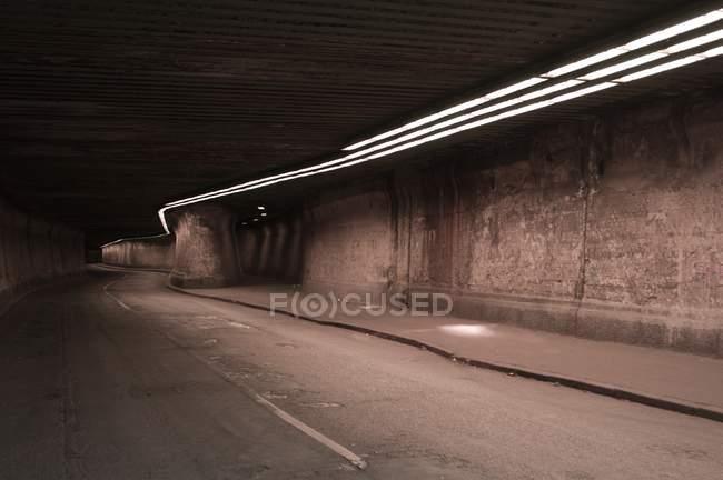 Scena urbana, interna tunnel illuminato — Foto stock