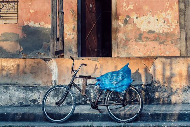 Велосипедов, припаркованного на улице — стоковое фото