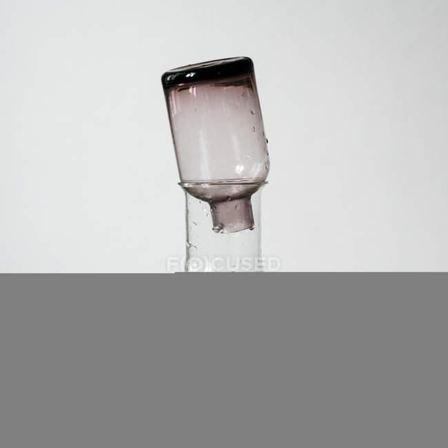 Detailansicht von zwei Flaschen mit Wasser auf holzuntergrund — Stockfoto