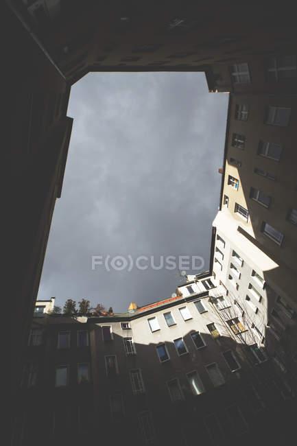 Immeubles d'habitation dans quartier résidentiel vue de dessous — Photo de stock