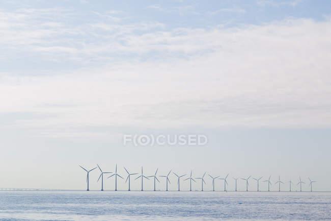 Turbines de vent sur le littoral — Photo de stock