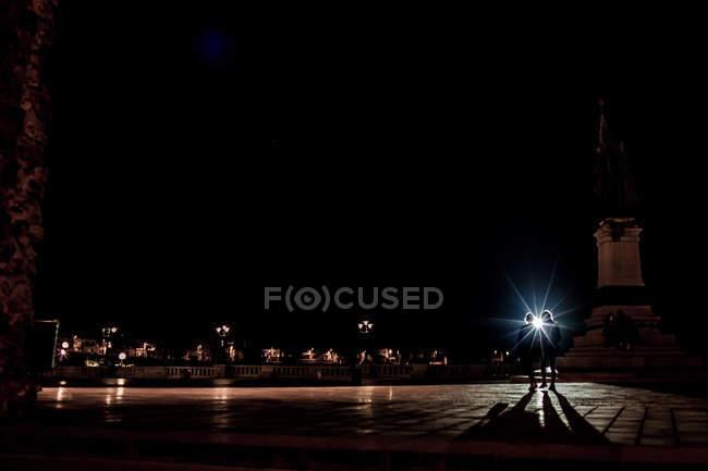 Paysage de nuit de la vieille ville et à quelques silhouettes de couple contre le réverbère — Photo de stock