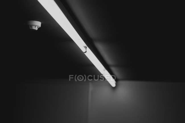 Elemento di illuminazione, lampada linea sul soffitto — Foto stock