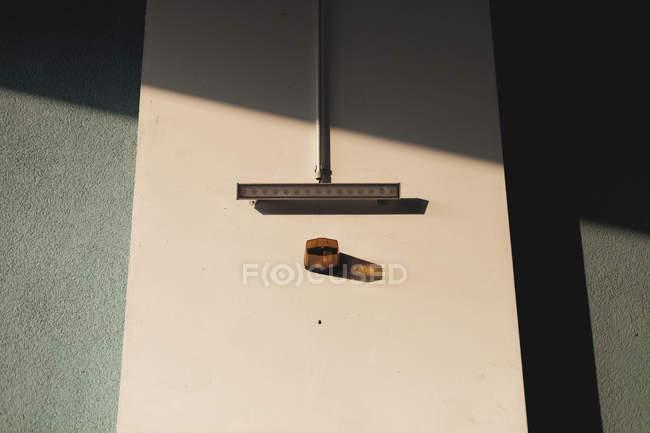 Luz do sol na parede com lâmpada, cena minimalista — Fotografia de Stock