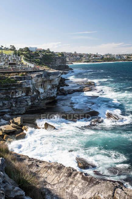 Морський пейзаж з видом на скелястому узбережжі — стокове фото