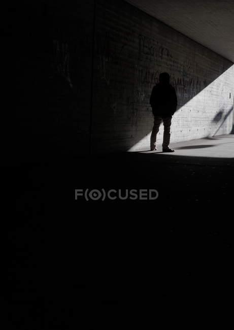 Commandes de silhouette de personne anonyme dans le passage souterrain — Photo de stock