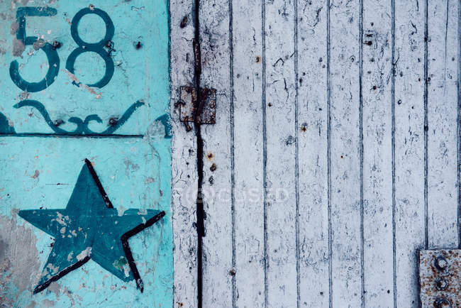 Номер дома на красочные стены и звезды рисунок — стоковое фото