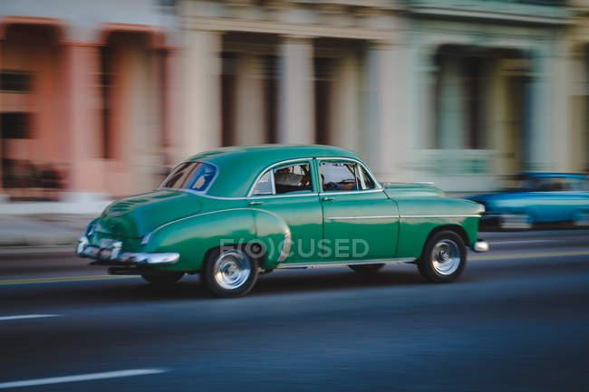 Coche retra verde en la calle de la Habana, Cuba, movimiento blur - foto de stock