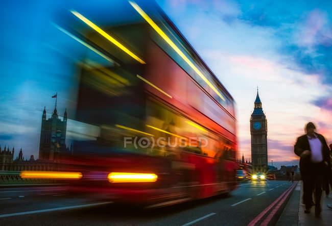 London Straße und traditionellen Stadtbus in Motion blur — Stockfoto