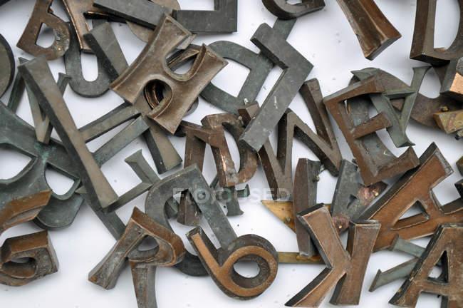 Ржавого железа буквы и цифры — стоковое фото