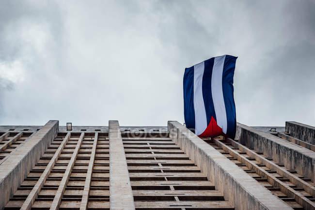 Bandiera cubana su un balcone di Palazzo, l'Avana, Cuba, vista dal basso — Foto stock
