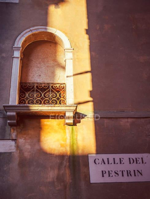 Fenêtre d'Italie, Venise, avec un rayon de soleil — Photo de stock