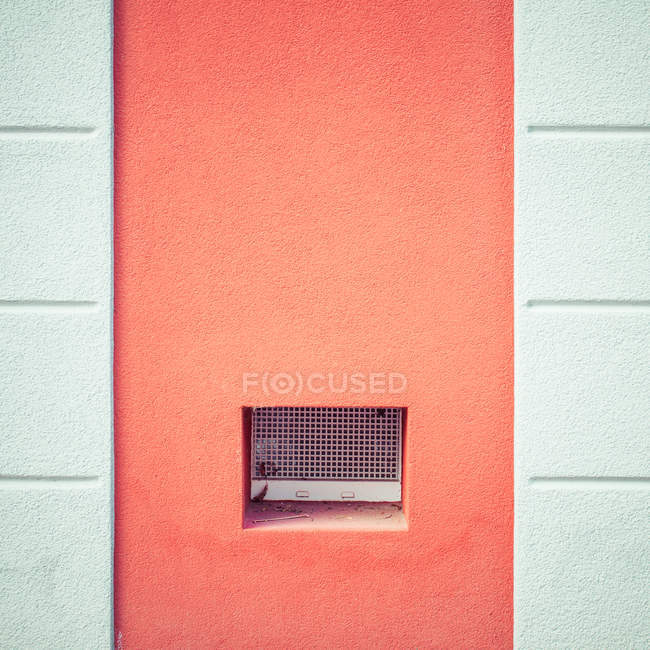Full frame image of wall with small air grate — Stock Photo