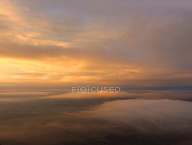 Морський пейзаж з захід сонця на узбережжі — стокове фото