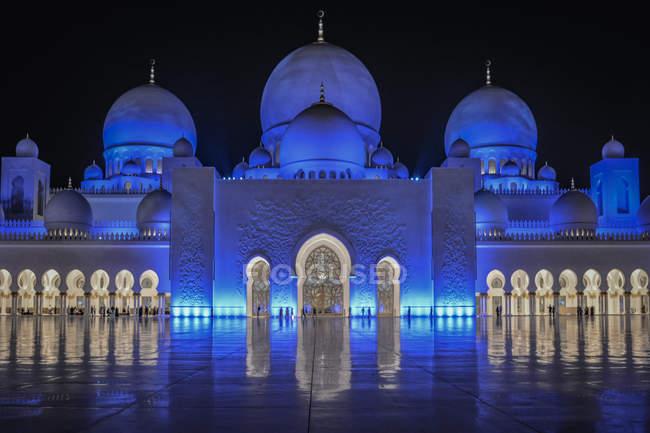 Vista panorámica de la mezquita de Abu Dhabi, iluminada por la noche, Emiratos Árabes Unidos Emiratos Árabes Unidos - foto de stock