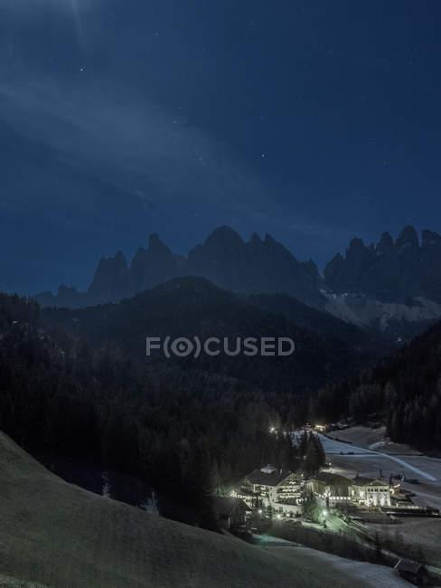 Нічне небо в гори Альп з маленькому селі будинків — стокове фото