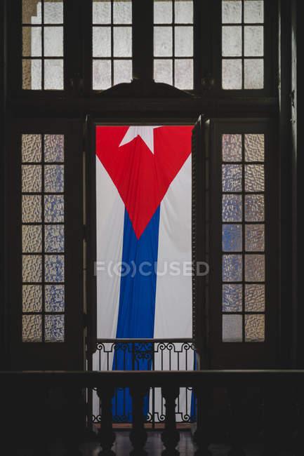 Bandiera cubana su un balcone di Palazzo, l'Avana, Cuba — Foto stock