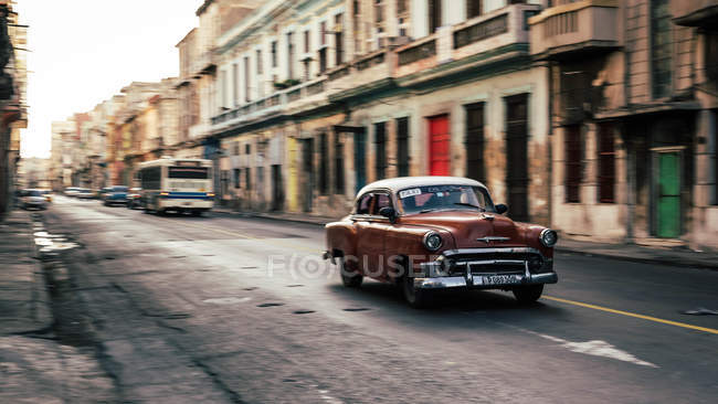 Retro-Auto auf der Straße Havanna, Kuba, Motion blur — Stockfoto
