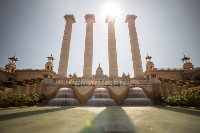 Vista di angolo basso simmetrico di Fontana e colonne, Palazzo, sfondo, Palazzo nazionale e The Magic Fountain, Barcellona, Spagna — Foto stock