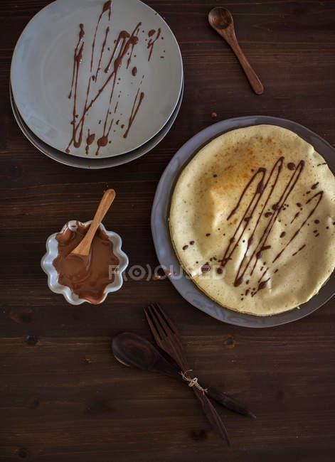 Vista superior de crepes con salsa de chocolate - foto de stock