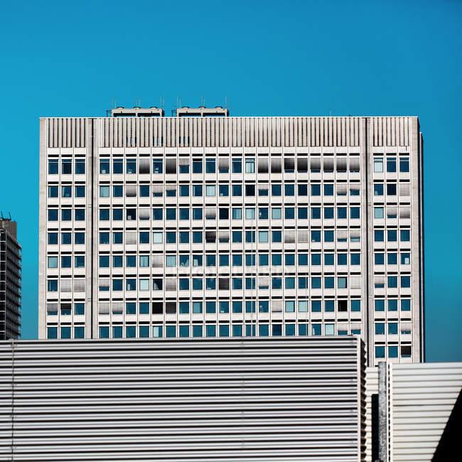 Edifício de arquitectura moderna, detalhes de fachada — Fotografia de Stock