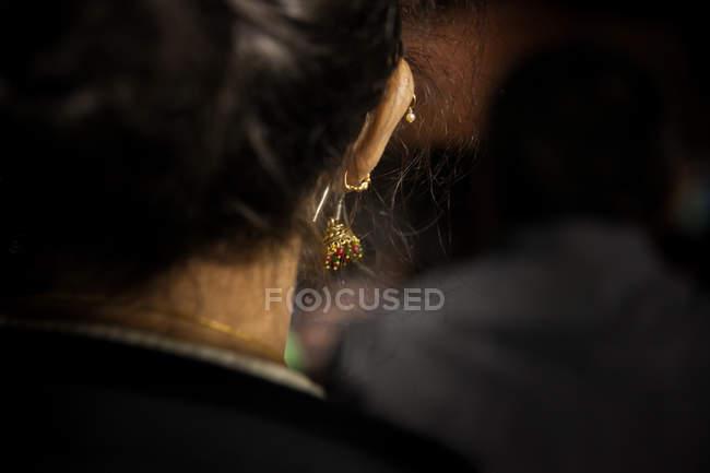 Vista posteriore della donna con amentum dorato — Foto stock
