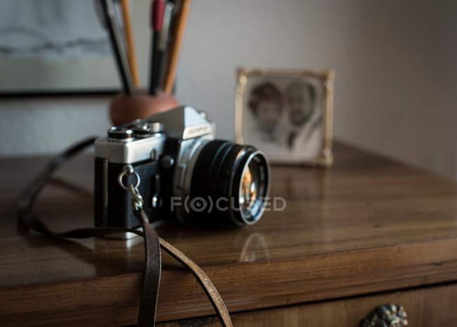 Appareil photo Vintage sur table avec la photo de mariage dans le cadre — Photo de stock