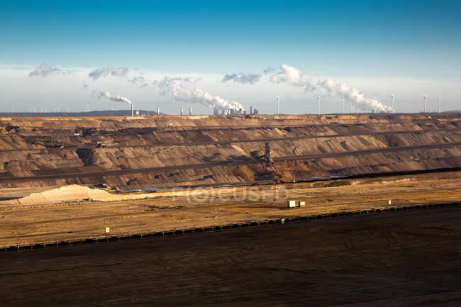 Umweltverschmutzung Konzept, einsame Landschaft mit dem Rauchen Industrieanlage — Stockfoto