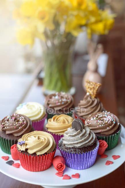 Cupcakes decorados coloridos - foto de stock