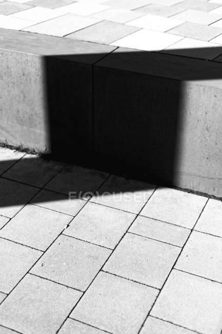 Détails d'architecture, bloquent les escaliers en béton avec une ombre — Photo de stock