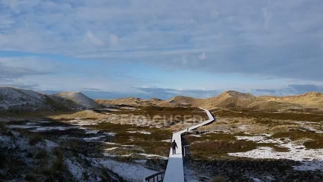 Pessoa de viajante, caminhando na estrada nas montanhas — Fotografia de Stock