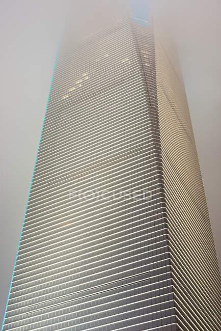 Alto edificio di architettura moderna, vista dal basso — Foto stock