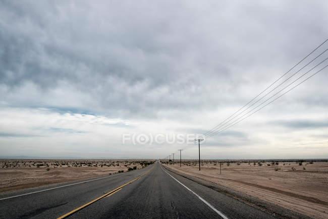 Lieu extérieur éloigné avec autoroute — Photo de stock