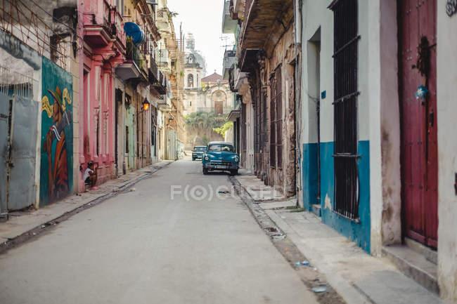 Красочные здания и ретро автомобиль на улице Гавана, Куба — стоковое фото