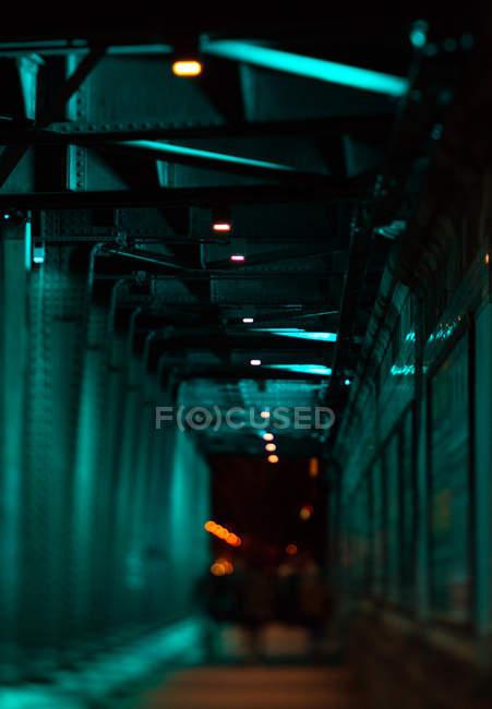 Scena urbana con vista tunnel buio interiore — Foto stock