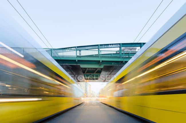 Мост через дороги с движением в размытие движения — стоковое фото