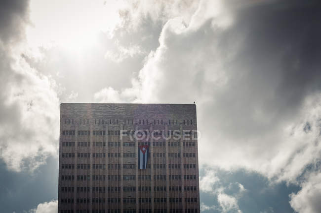 Edificio alto e moderno ospedale con bandiera cubana, l'Avana, Cuba — Foto stock