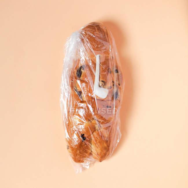 Gebackene Roll in Kunststoff-Abdeckung — Stockfoto