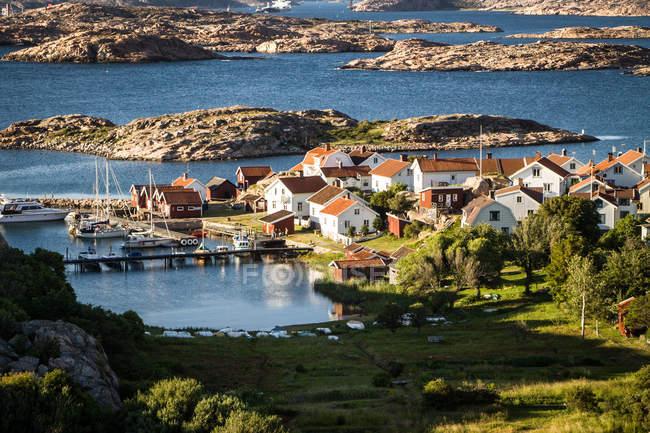 Malerische Aussicht auf Dorf in der Nähe von See — Stockfoto